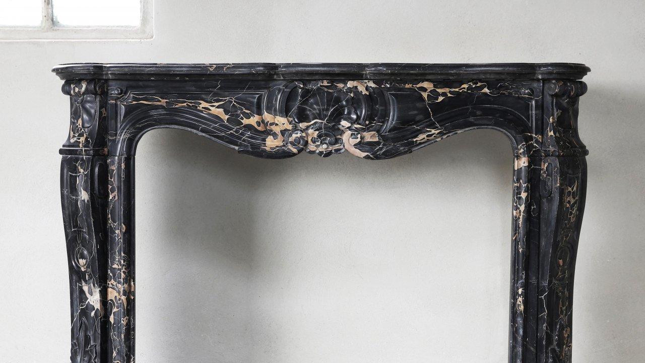 Antieke schouwen natuursteen vloeren en oude bouwmaterialen de